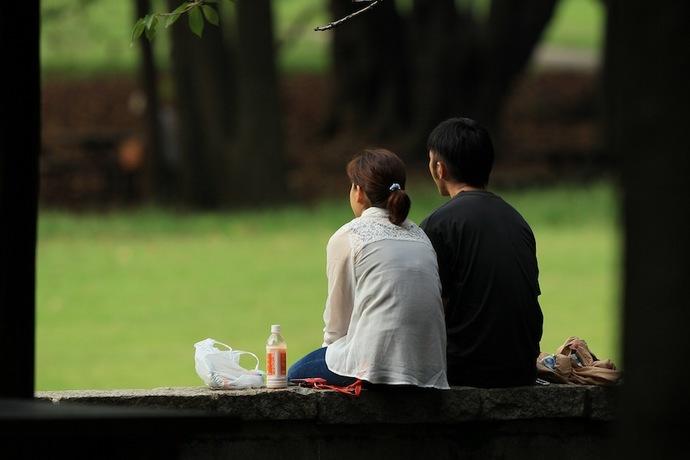 公園のカップル。遠くを眺める二人は将来を語り合っているのかな。