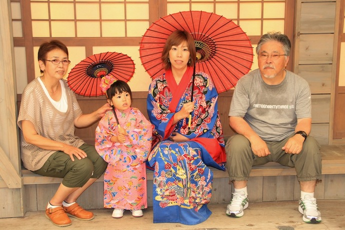 琉球村で家族の記念写真(照れくさいが)