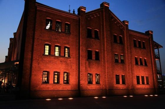 夕闇に浮かび上がる赤レンガ倉庫